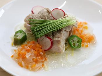 JAあわじ島の特産品レシピ「芽ネギ香る蒸し鶏サラダ」